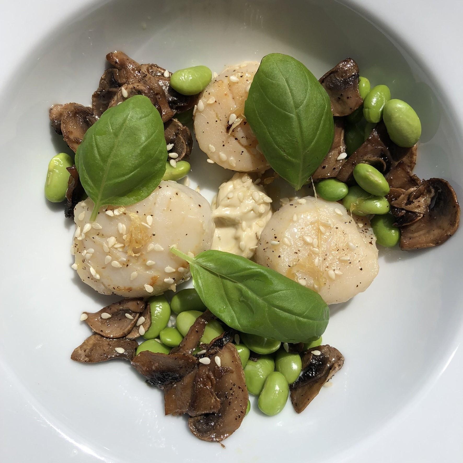 Saint-Jacques poêlées, champignons et fèves